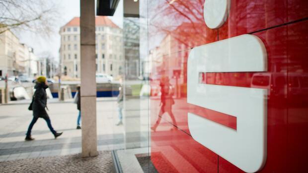 Minuszinsen: Strafzinsen für Privatkunden: Sparkassen und Volksbanken spielen mit dem Feuer