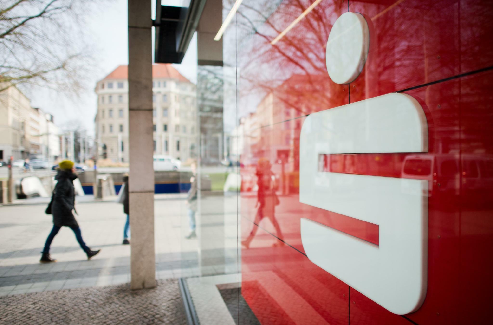 Strafzinsen: Sparkassen und Volksbanken spielen mit dem Feuer