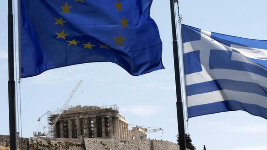 """Το ελληνικό σύμβολο είναι """"€ uro Κρίση» στο στόχαστρο των τραπεζών.  Πηγή: AP"""