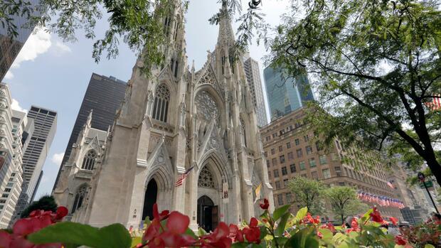 New York: Polizei verhaftet Mann mit Benzinkanistern in Kirche