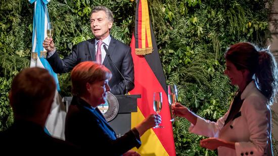 Na dann Prost: Argentiniens Staatspräsident Mauricio Macri (hinten) beim Staatsempfang mit Bundeskanzlerin Angela Merkel und Macris Frau Juliana Awada (rechts) am 8. Juni. Quelle: dpa