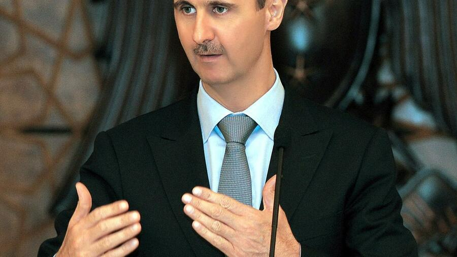 huGO-BildID: 23068709 epa02880106 A handout photo made available on 25 August 2011, by the official Syrian Arab News Agency (SANA), shows Syrian President Bashar Assad speaking during a Ramadan Iftar banquet in honor of Muslim clergymen, in Damascus, Syria, 24 August 2011. According to media sources, Assad remains defiant in the face of demands by world leaders for him to step down. He said during the ceremony 'We should be aware of the foreign conspiracy being promoted against Syria especially by aiming at the national role played by the army that is protecting citizens and public and private properties.' EPA/SANA/HANDOUT HANDOUT EDITORIAL USE ONLY/NO SALES +++(c) dpa - Bildfunk+++ Quelle: dpa