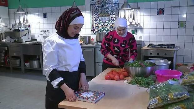 vor dem krieg gefl chtet syrischer fernsehstar am herd kochen f r die berlinale. Black Bedroom Furniture Sets. Home Design Ideas