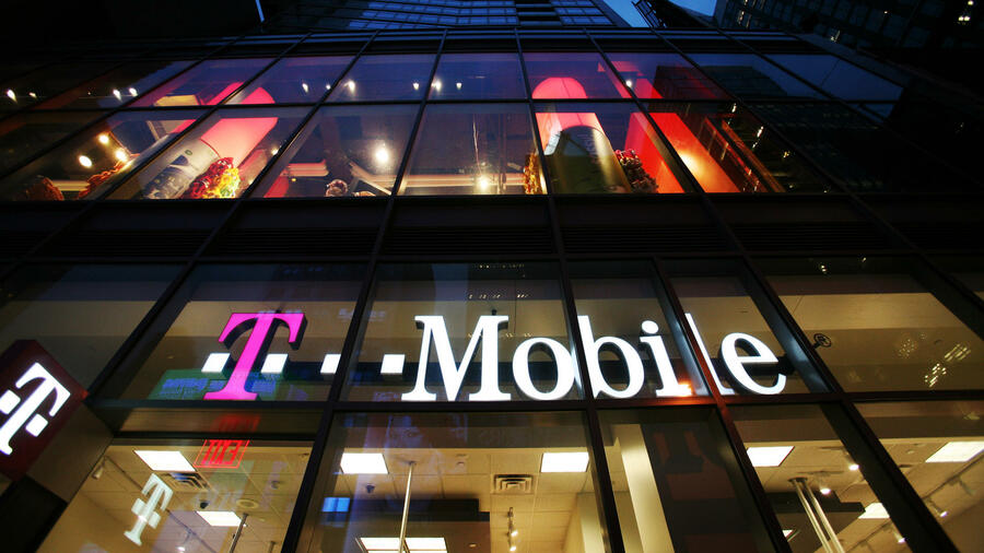Der Laden des Mobilfunkanbieters T-Mobile am Times Square in New York. Quelle: dapd