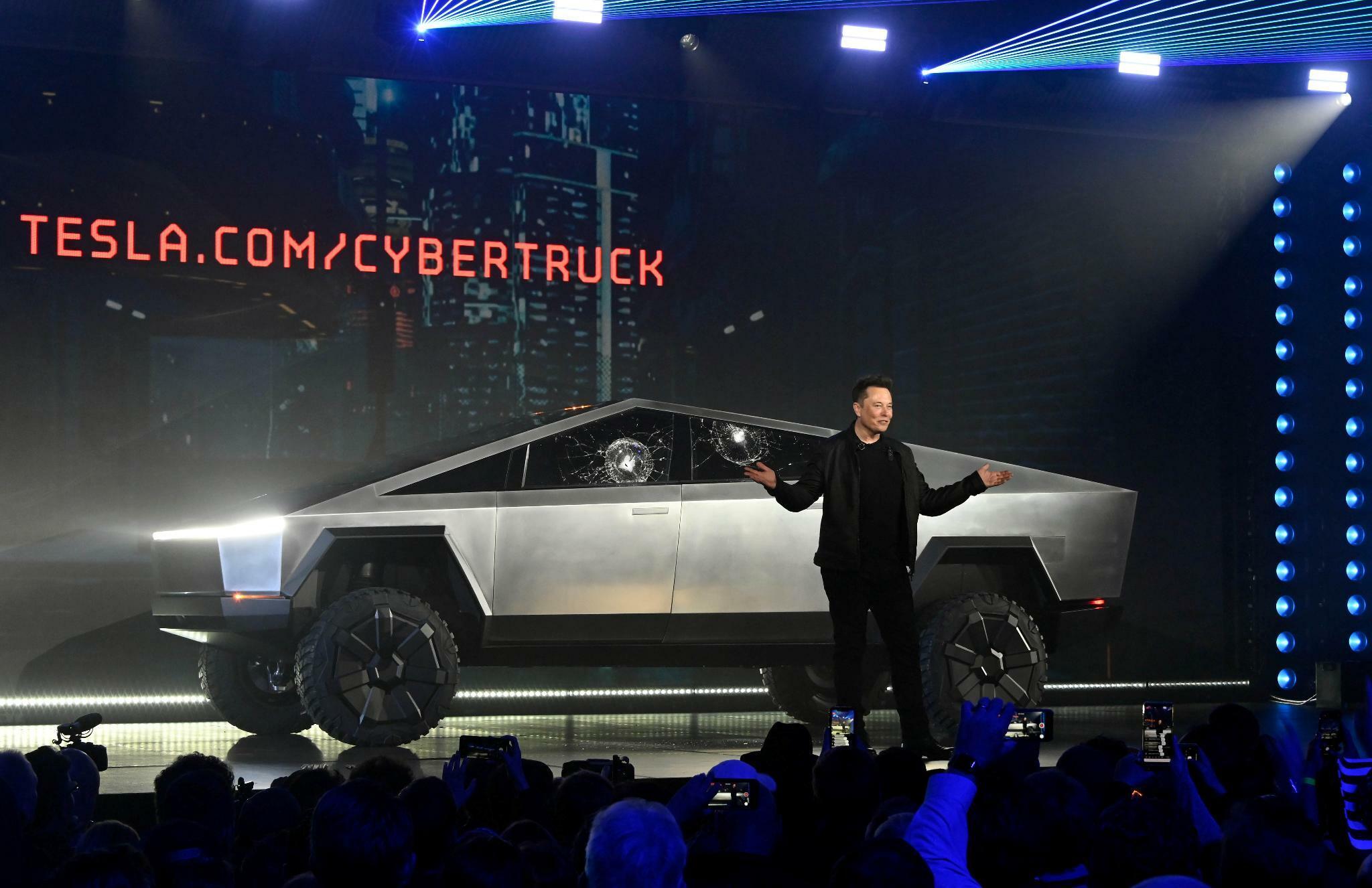 Tesla: Elon Musk rammt mit dem Cybertruck ein Schild