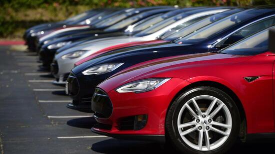 Tesla Model S Autos stehen vor der Zentrale des Konzern in Palo Alto Kalifornien. Quelle dpa