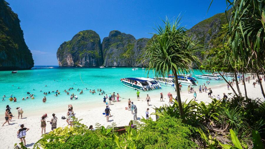 Beruhmte Maya Bay Auf Der Thailandischen Insel Phi Phi Leidet Unter Dem Touristenansturm Quelle