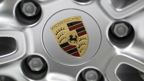 huGO-BildID: 21109084 The company's logo is seen on a wheel of a Porsche car displayed during the first media day of the 81st Geneva International Motor Show at the Palexpo in Geneva March 1, 2011. REUTERS/Valentin Flauraud (SWITZERLAND - Tags: TRANSPORT BUSINESS) Quelle: Reuters