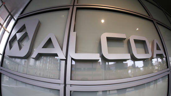 This April 7, 2014 photo shows the Alcoa logo in the lobby of the company's headquarters in Pittsburgh. A federal indictment unsealed Monday, May 19, 2014 says Alcoa and three other major manufacturing firms that are based or do much of their work in western Pennsylvania were hacked by five Chinese army officials who allegedly stole trade secrets and other proprietary or sensitive information. (AP Photo/Gene J. Puskar) Quelle: ap