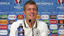 "This UEFA handout image taken on June 11, 2016 in Lille shows Germany's midfielder Toni Kroos attending a press conference, on the eve of Germany's opening match against Ukraine for the Euro 2016 football tournament. / AFP PHOTO / UEFA / Handout / RESTRICTED TO EDITORIAL USE - MANDATORY CREDIT ""AFP PHOTO / UEFA "" - NO MARKETING - NO ADVERTISING CAMPAIGNS - DISTRIBUTED AS A SERVICE TO CLIENTS Quelle: AFP"