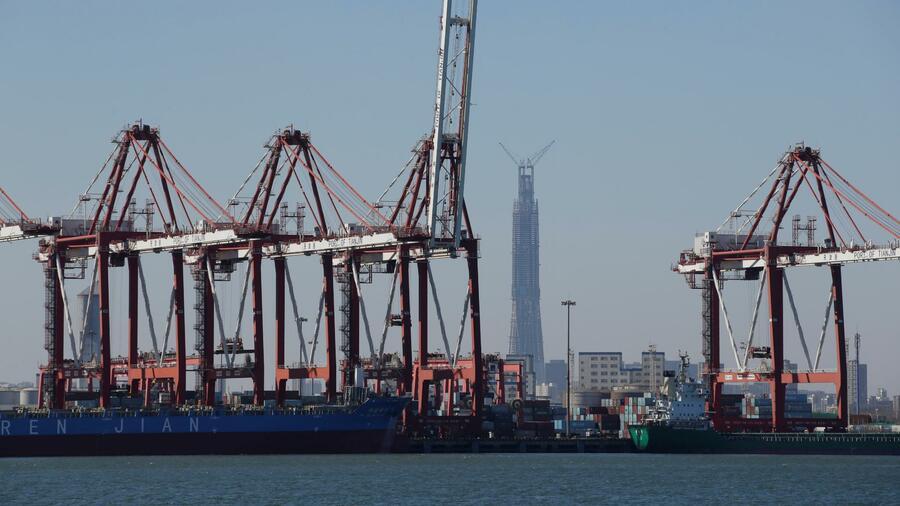 Der Containerhafen im chinesischen Tianjin ist der achtgrößte der Welt. Quelle: Reuters