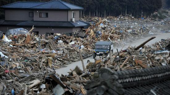 huGO-BildID: 21248687 epa02631257 A vehicle of Japan's Self-Defence Ground Force leavea the scene amid wreckages of houses swept away by strong tsunamis in Minami-Sanriku, Iwate Prefecture, northern Japan, about 300km north of Tokyo, 13 March, 2011 after strong earthquakes and tsunami killing more than 1,000 people were hitting northern Japan and Japanese capital of Tokyo area on 11 March. Town hall officials have said there is more than 10,000 residents who they have not been able to contact yet. EPA/KIMIMASA MAYAMA +++(c) dpa - Bildfunk+++ Quelle: dpa