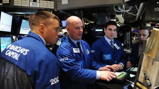 huGO-BildID: 21290735 epa02637102 Traders work on the floor of the New York Stock Exchange (NYSE) in New York, New York, USA, 16 March 2011. The Dow Jones Industrial Average fell 242.12 points, or 2.04 percent, to close at 11,613.30, the blue-chip index's lowest close for the year EPA/ANDREW GOMBERT +++(c) dpa - Bildfunk+++ Quelle: dpa