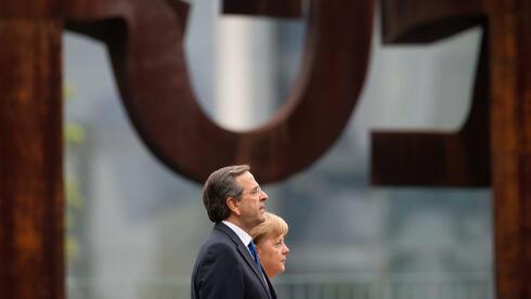 Antonis Samaras mit Kanzlerin Angela Merkel: Erstaunliche Wandlung. Quelle: dpa