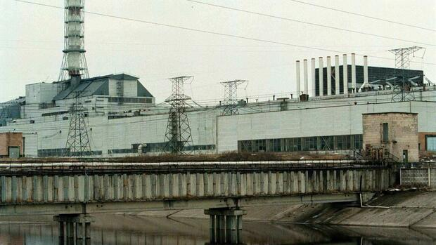 A file picture dated 05 March 1999 of the Chernobyl nuclear power plant. The fourth and last reactor still functioning at the power plant was shut down just after midnight on Thursday 01 July 1999 to allow for a major four-month overhauling of the accident-prone station. dpa | Quelle: picture-alliance / dpa