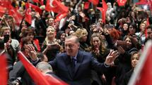 "Turkish President Recep Tayyip Erdogan (C) greets supporters as he attends a ""YES"" campaign meeting at Bestepe People's Culture and Congress Center in Ankara on March 29, 2017, three weeks ahead of the referendum on whether to change the current parliamentary system into an executive presidency. On April 16, 2017, the Turkish public will vote on whether to change the current parliamentary system into an executive presidency that would boost President Recep Tayyip Erdogan's powers. / AFP PHOTO / ADEM ALTAN Quelle: AFP; Foto: Yuri Gripas"