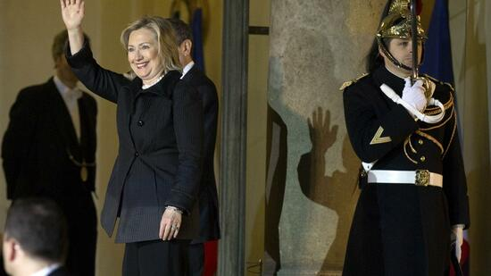 huGO-BildID: 21263943 U.S. Secretary of State Hillary Clinton waves as she leaves the Elysee Palace after talks with France's President Nicolas Sarkozy in Paris March 14, 2011. The earthquake disaster in Japan and crisis in Libya look set to dominate a Group of Eight foreign ministers meeting this week in Paris. REUTERS/Charles Platiau (FRANCE - Tags: POLITICS) Quelle: Reuters