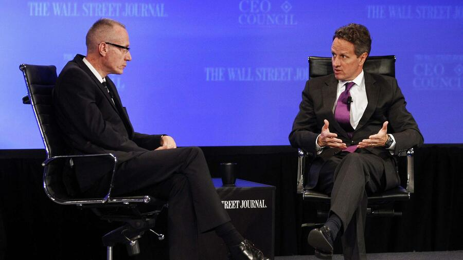 Der Wall Street Journal- Chef Robert Thomson (links) während einer Diskussion mit US-Finanzminister Tim Geithner. Quelle: Reuters
