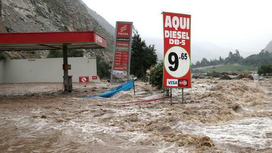 Eine überschwemmte Tankstelle des Dorfes Cupiche (Provinz Lima, Peru) am 23.03.2017. Die Lage in der Region ist dramatisch, nachdem der Rimac-Fluss aufgrund starker Regenfälle über die Ufer getreten ist. Quelle: dpa