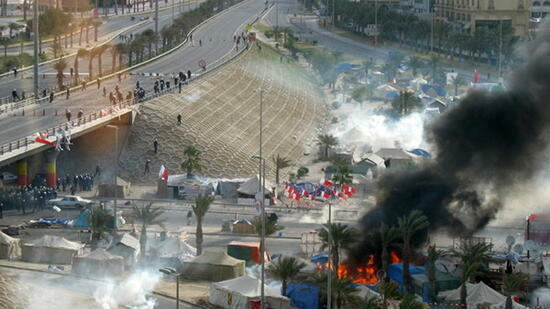 huGO-BildID: 21281848 epa02636441 A handout photo released by Migrante Middle East bureau on 16 March 2011 showing security forces near black smoke billowing from the square from the protesters' tents set ablaze in Manama?s Lulu Square in Bahrain. At least six people were killed and hundreds were injured when security forces violently dispersed a demonstration in Lulu Square Al Jazeera reported. Helicopters hovered over the square as police, backed by military units and tanks, used live ammunition and tear gas to disperse around 500 protesters. Explosions and large clouds of smoke were also seen coming for the square. EPA/MIGRANTE MIDDLE EAST BEST IMAGE QUALITY AVAILABLE, EDITORIAL USE ONLY/NO SALES +++(c) dpa - Bildfunk+++ Quelle: dpa