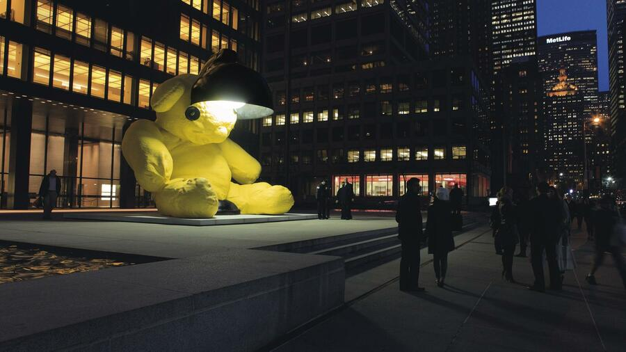 "Urs Fischers Skluptur ""Untitled (Lamp/Bear)"" am Rockefeller Center. Quelle: Urs Fischer"