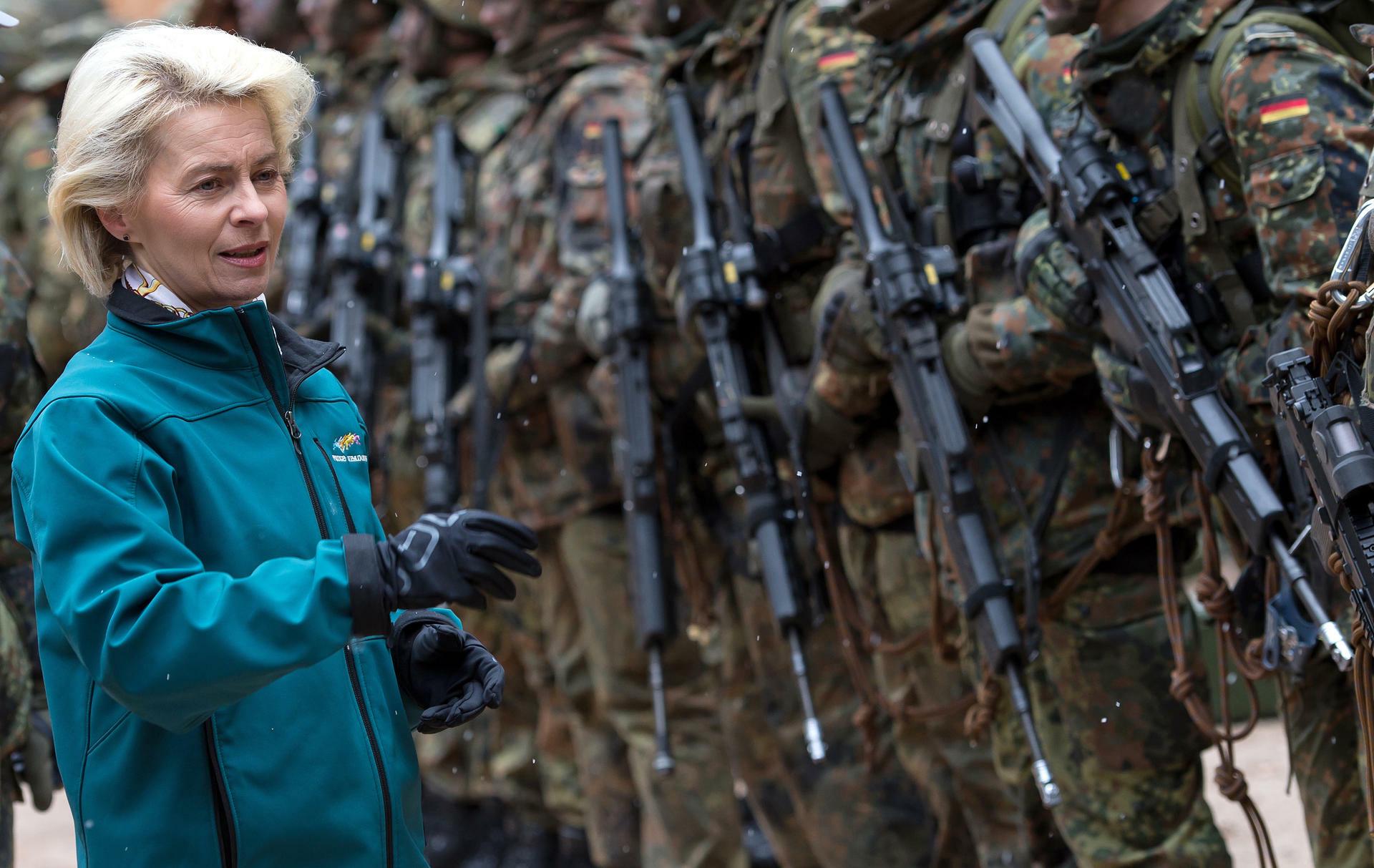 Jahrelang stritt die Verteidigungsministerin mit dem deutschen Waffenhersteller über die Treffsicherheit des Sturmgewehrs. Nun ist es vorbei. Quelle: dpa