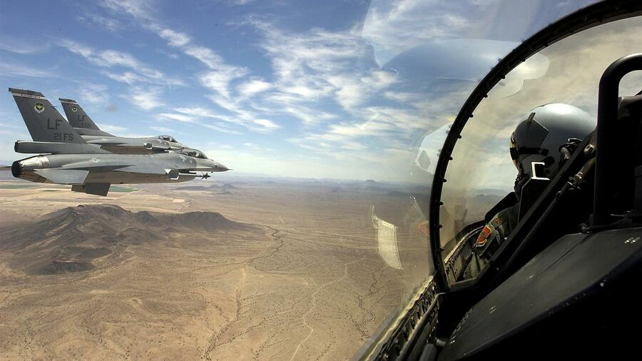 US-Kampfflugzeuge, die mit Maschinengewehren ausgerüstet sind und präzisionsgelenkte Bomben transportieren können, sollen an den Irak verkauft werden. huGO-BildID: 2803657 F-16 Fighting Falcons from the U.S. Air Force's 21st Fighter Squadron, based at Luke air force base in Arizona, fly in formation over southern Arizona in a picture released July 3, 2002. Military jets will patrol the United States on July 4 as part of unprecedented security to protect Americans as they celebrate Independence Day nervous about fresh attacks after Sept. 11, the White House said on Wednesday. REUTERS/US Air Force/Staff Sgt. Jeffrey Allen ## F-16 Fighting Falcons from the U.S. Air Force's 21st Fighter Squadron, based at Luke air force base in Arizona, fly in formation over southern Arizona in a picture released July 3, 2002. Military jets will patrol the United States on July 4 as part of unprecedented security to protect Americans as they celebrate Independence Day nervous about fresh attacks after Sept. 11, the White House said on Wednesday. REUTERS/US Air Force/Staff Sgt. Jeffrey Allen Quelle: Reuters