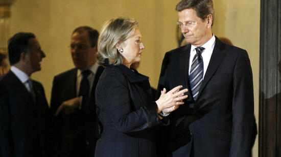 huGO-BildID: 21263853 U.S. Secretary of State Hillary Clinton talks to German Foreign Minister Guido Westerwelle (R) as they leave the Elysee Palace after talks with France's President Nicolas Sarkozy in Paris March 14, 2011. France will push G8 foreign ministers during their meeting in Paris to formally agree on what action should be taken in Libya, and to speed up a U.N. Security Council decision on whether to impose a no-fly zone. REUTERS/Charles Platiau (FRANCE - Tags: POLITICS) Quelle: Reuters