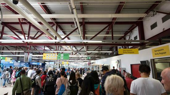 Leibwächter feuert Waffe im Flughafen ab