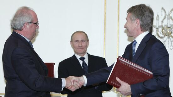 huGO-BildID: 21125147 Russian Prime Minister Vladimir Putin, center, oversees shake hands between French energy giant Total CEO Christophe de Margerie, left, and Novatek's CEO Leonid Mikhelson, right, after the signing ceremony during a meeting at the Novo-Ogaryovo residence outside Moscow, Russia, Wednesday, March 2, 2011. The French energy company on Wednesday agreed to buy 12 percent in Russia's second-largest gas producer and buy 20 percent in a major LNG project in western Siberia. (Foto:Alexander Zemlianichenko/AP/dapd) Quelle: dapd
