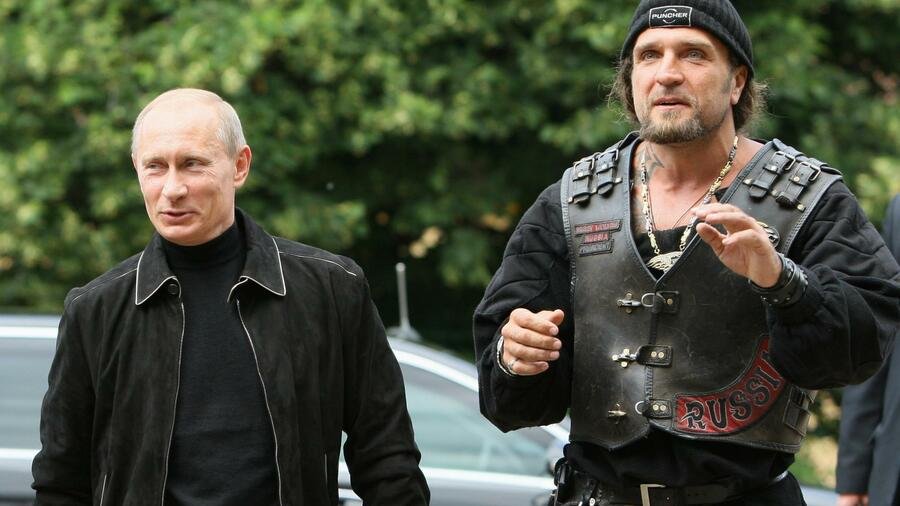 putin und der biker club mit wehenden russischen flaggen. Black Bedroom Furniture Sets. Home Design Ideas