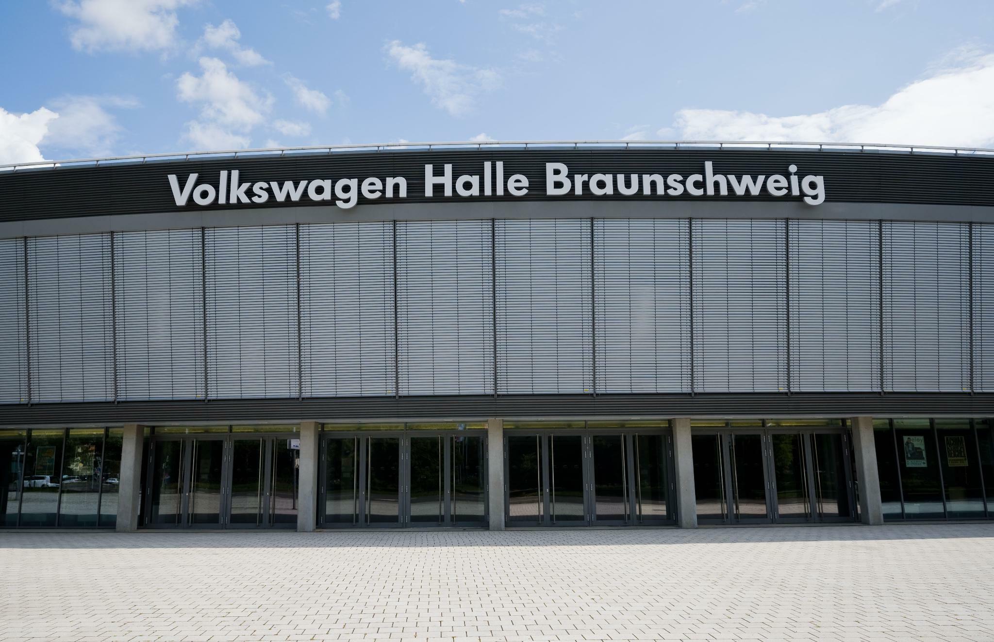 """AfD-Parteitag: Schriftzug """"Volkswagen Halle"""" wird abgedeckt"""