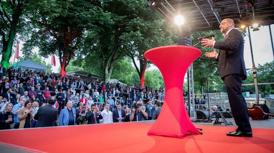 Altkanzler Schröder macht seiner SPD Mut