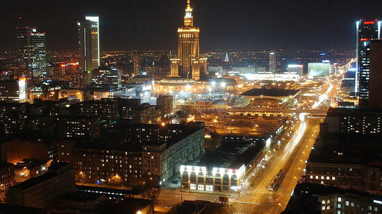 huGO-BildID: 3653563 Downtown Warsaw, Poland's capital, lags behind European Union capitals in night-time lighting and decoration, just weeks before this nation joins the EU May 1, as the largest among ten newcomers, April 6, 2004. (AP Photo/Czarek Sokolowski) Quelle: ap