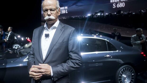 CEO of German carmaker Daimler and Mercedes-Benz Dieter Zetsche poses next to the new Mercedes S class S680 during an event ahead of the 17th Shanghai International Automobile Industry Exhibition in Shanghai on April 18, 2017. / AFP PHOTO / Johannes EISELE Quelle: AFP