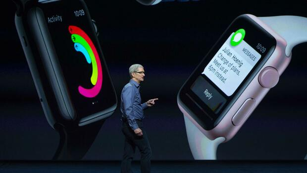 huGO-BildID: 49137890 (FILES) In this September 9, 2015 file photo, Apple CEO Tim Cook speaks during an Apple media event in San Francisco, California. The market for wearable tech, led by Apple Watch and a range of connected fitness gadgets, is exploding, a survey showed September 14, 2015. The report by research firm IDC said global wearable device shipments will reach 76.1 million units in 2015, up 163.6 percent from 2014.AFP PHOTO/JOSH EDELSON/ FILES Quelle: AFP