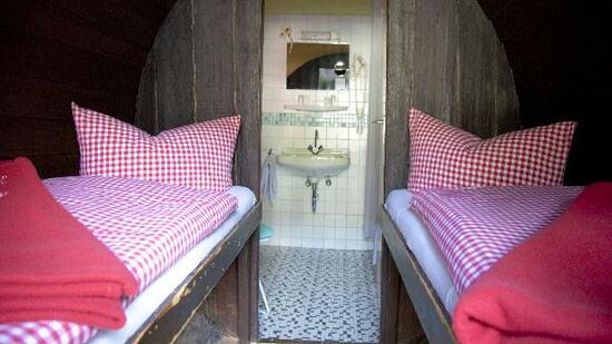 skurrile bernachtungsm glichkeiten wohnen im weinfass schlafen im stall. Black Bedroom Furniture Sets. Home Design Ideas
