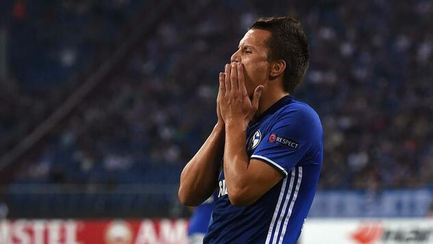Schalke's midfielder Yevhen Konoplyanka reacts during the UEFA Europa League first-leg football match between Schalke 04 and FC Salzburg at the Arena AufSchalke in Gelsenkirchen, western Germany on September 29, 2016. / AFP PHOTO / PATRIK STOLLARZ Quelle: AFP