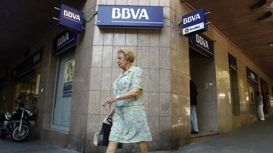 Kundin vor einer BBVA-Filiale in Madrid. Quelle: Reuters