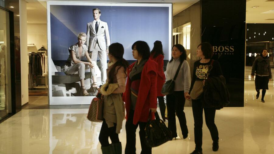 Kundinnen in einem Hugo Boss Store in Peking. Quelle: Reuters
