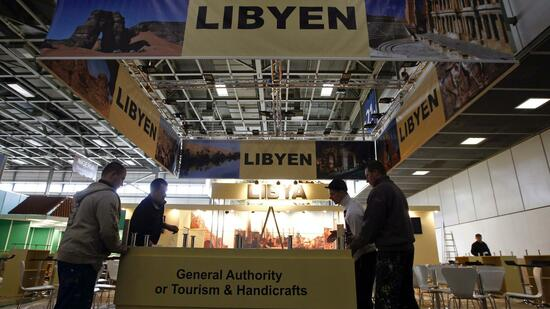 huGO-BildID: 21188802 Workers put the final touches on the booth of Libya prior to the upcoming International Tourism Industry fair (ITB) in Berlin March 8, 2011. The ITB runs from March 9-13 REUTERS/Fabrizio Bensch (GERMANY - Tags: POLITICS TRAVEL SOCIETY) Quelle: Reuters