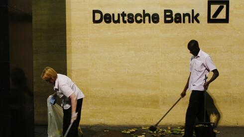 Aufräumarbeiten beim größten deutschen Kreditinstitut: Ein verdächtiger Mitarbeiter der Deutschen Bank wurde wohl suspendiert. Quelle: Reuters