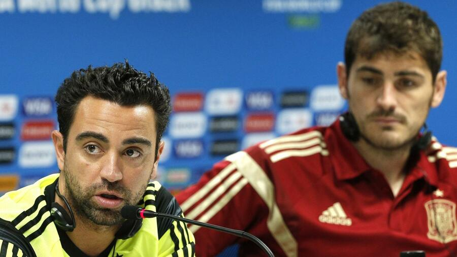 huGO-BildID: 37495182 Spain's Xavi Hernandez, left, and goalkeeper Iker Casillas attend a press conference the day before the group B World Cup soccer match between Spain and the Netherlands at the Arena Ponte Nova in Salvador, Brazil, Thursday, June 12, 2014. (AP Photo/Christophe Ena) Quelle: ap