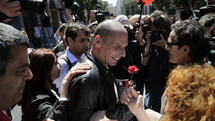 huGO-BildID: 43966603 A protester greets Greek Finance Minister Yanis Varoufakis, center, during a May Day protest in central Athens, Friday, May 1, 2015. In financially struggling Greece, an estimated 13,000 people took part in three separate May Day marches in Athens, carrying banners and shouting anti-austerity slogans.(AP Photo/Petros Giannakouris) Quelle: ap