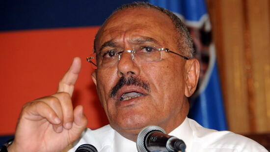 huGO-BildID: 21427479 epa02656479 Yemeni President Ali Abdullah Saleh delivers a speech to members of his ruling party during a meeting in Sana?a, Yemen, 27 March 2011. During an interview given on Al-Arabiya television, Yemeni President Ali Abdullah Saleh said that Yemen is 'a time bomb' and could slide into civil war like Somalia across the Gulf of Aden. EPA/STRINGER +++(c) dpa - Bildfunk+++ Quelle: dpa