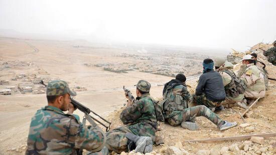 Soldaten der syrischen Armee haben am Wochenende nach wochenlangen blutigen Kämpfen und mit Hilfe der russischen Luftwaffe sowie der libanesischen Hisbollah-Miliz die Wüstenstadt Palmyra vollständig vom IS zurückerobert. Quelle: AP
