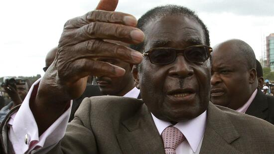 huGO-BildID: 21122316 Zimbabwe's President Robert Mugabe gestures as he leaves a rally in the capital Harare March 2, 2011. Mugabe threatened on Wednesday a state-backed take-over of foreign firms and a boycott of products to retaliate against Western sanctions placed on him and his ZANU-PF party. The European Union and United States have imposed a travel ban and financial sanctions on Mugabe and his ZANU-PF allies over suspected human rights abuses spanning more than a decade and election fraud. REUTERS/Philimon Bulawayo (ZIMBABWE - Tags: POLITICS BUSINESS) Quelle: Reuters