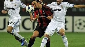 Zlatan Ibrahimovic (m.) im Duell mit Reals Sami Khedira und Pepe. Foto: SID Images/AFP/Olivier Morin Quelle: SID