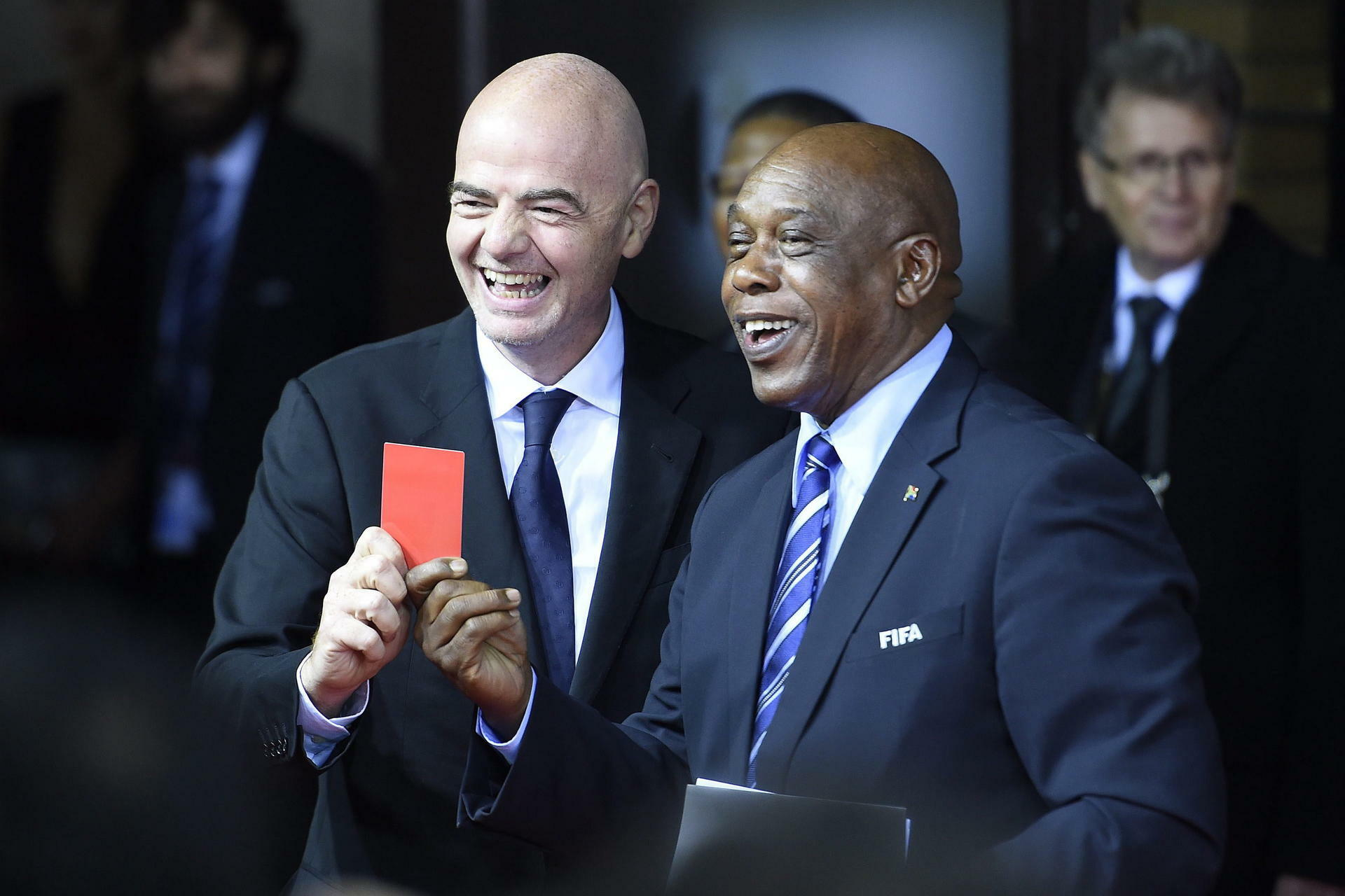 epa05098157 A photograph made available on 12 January 2016 showing UEFA General Secretary Gianni Infantino, (L), and FIFA presidential candidate Tokyo Sexwale, (R), arriving on the red carpet and holding up the red card prior to the FIFA Ballon d'Or awarding ceremony at the Kongresshaus in Zurich, Switzerland, 11 January 2016. EPA/VALERIANO DI DOMENICO +++(c) dpa - Bildfunk+++ Quelle: dpa